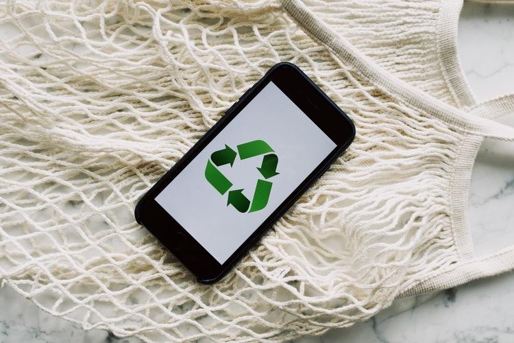 Cellulare che mostra il simbolo della sostenibilità