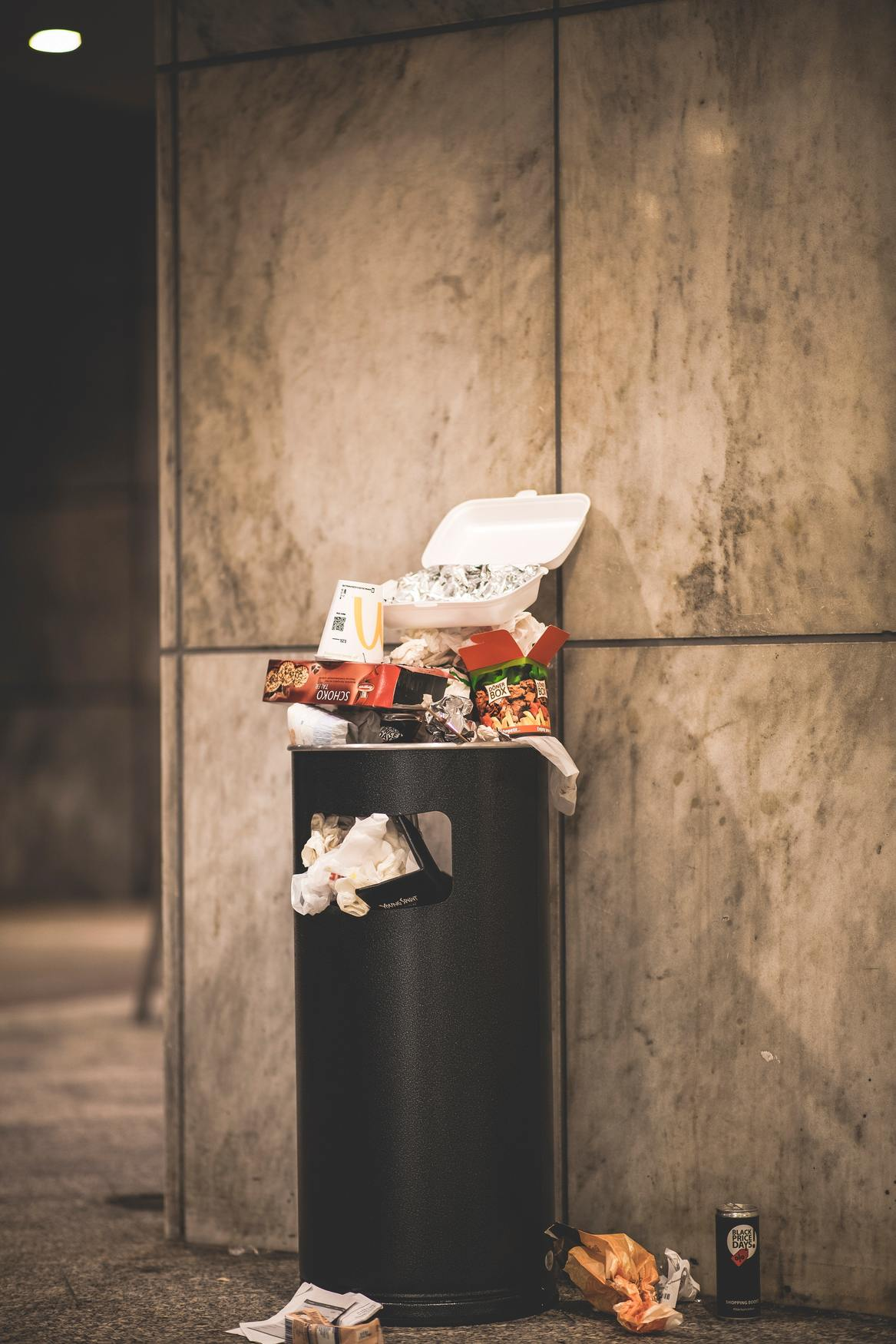 cestino pieno di immondizia che raffigura lo spreco alimentare