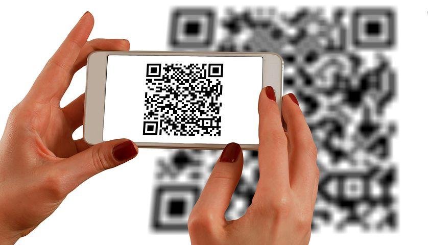 Persona che utilizza il qr-code per il menù digitale